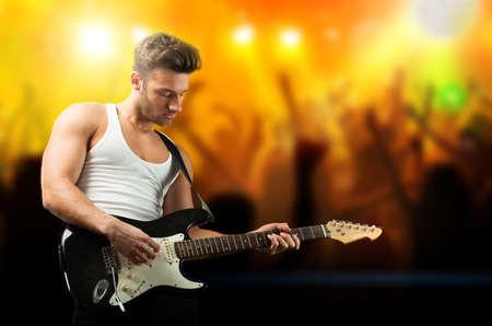 guitarra: guitarrista guapo en el escenario