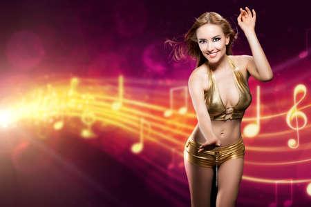 donna che balla: donna attraente in clubwear sexy