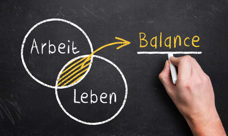 concepto equilibrio: mano dibuja un diagrama con el 2 c�rculos de trabajo y de la vida, lo que resulta en una zona de balance de superposici�n (en alem�n)