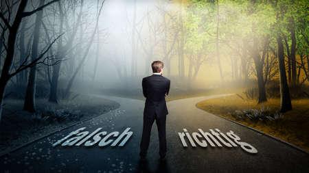 ビジネスマンが単語wrongやright道路上 (でドイツ語) とのより良い方向を決定するには 写真素材