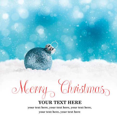 neige noel: boule de Noël dans la neige avec voeux de Joyeux Noël et le texte de l'échantillon Banque d'images