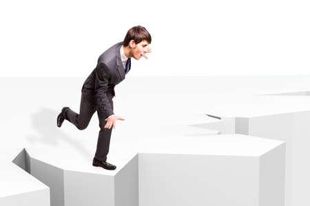 Geschäftsmann Balancing, um nicht in einen Abgrund fallen,