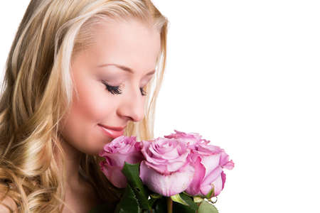 mujer con rosas: atractiva chica rubia con rosas aislados en blanco Foto de archivo