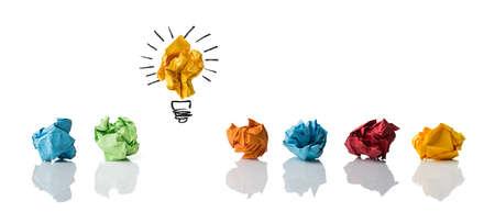 Zerknittertes Papier symbolisiert verschiedene Lösungen mit einem hervorgehoben als Glühbirne als die richtige isoliert auf weiß Standard-Bild