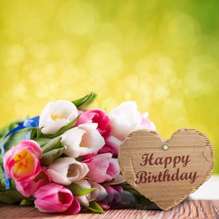 """flores de cumpleaños: tulipanes con el mensaje que dice """"Feliz Cumpleaños"""" Foto de archivo"""