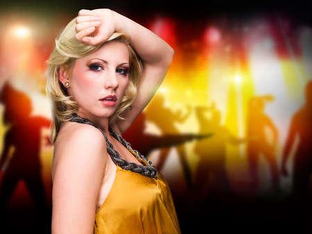 donna che balla: attraente giovane donna che balla bionda