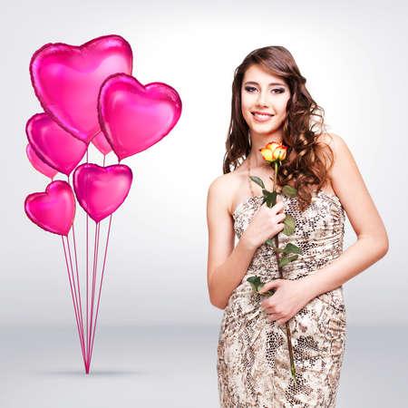 niña pensando: mujer joven y atractiva con una rosa