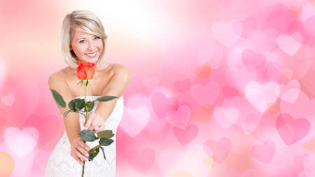 mujer con rosas: mujer joven y atractiva con una rosa