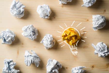 papier froissé symbolisant différentes solutions avec une surbrillance comme une ampoule comme la bonne