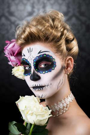 trajes mexicanos: Mujer atractiva con el cráneo de azúcar maquillaje