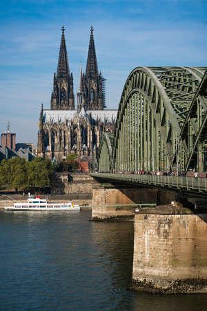 dom: Cologne avec le pont Hohenzollern et la cathédrale Banque d'images