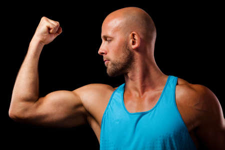 sportsman: Hombre muscular que muestra su bíceps