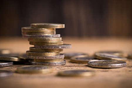 ganancias: monedas de euro apiladas Foto de archivo