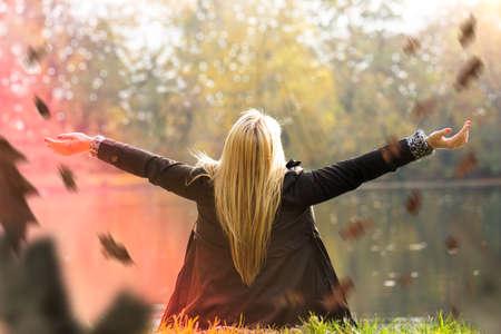 éxtasis: atractiva chica rubia disfrutando de un parque en otoño Foto de archivo