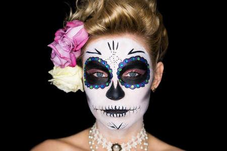 labios sexy: mujer atractiva con el cráneo de azúcar maquillaje aislado en negro Foto de archivo