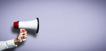alerta: hand with a megaphone in front of an empty background