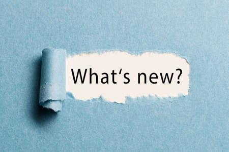 """Papier déchiré révélant la phrase """"quoi de neuf?"""" Banque d'images - 80324208"""