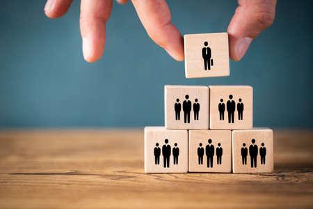 Organisation und Teamstruktur symbolisiert mit Würfeln Standard-Bild