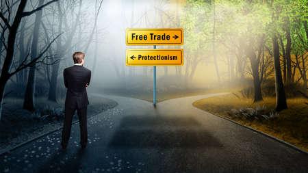 """Geschäftsmann, der an einer Kreuzung steht und sich zwischen """"Freihandel"""" und """"Protektionismus"""" entscheiden muss"""