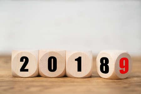 Würfel symbolisieren den Wechsel von 2018 nach 2019 Standard-Bild
