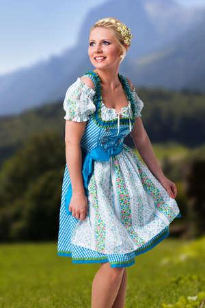 schöne frau in einem traditionellen bayerischen dirndl Standard-Bild