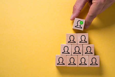 organisation et structure d'équipe symbolisées par des cubes et une main changeant le niveau supérieur
