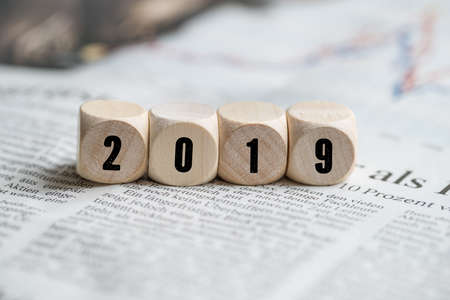 kubussen met nummer 2019 als symbool voor terugblik op een krant Stockfoto