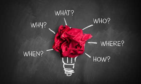 """verfrommeld papier op een schoolbord met de woorden """"wanneer, waarom, wat, wie, waar, hoe"""""""