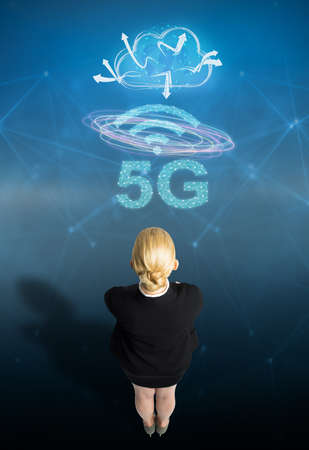 businesswoman with message 5G on abstract blue background 版權商用圖片