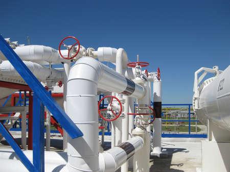 Raffinerie de pétrole. Equipement pour le raffinage du pétrole primaire. Banque d'images - 43288944