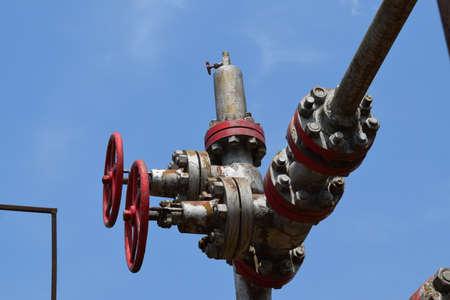 pozo petrolero: Pozo de petróleo. Los equipos y tecnologías en los campos de petróleo. Foto de archivo