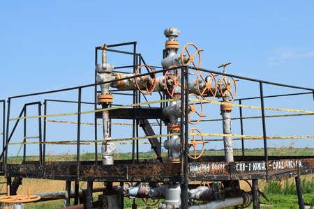 pozo petrolero: Pozo de petr�leo. Los equipos y tecnolog�as en los campos de petr�leo. Foto de archivo