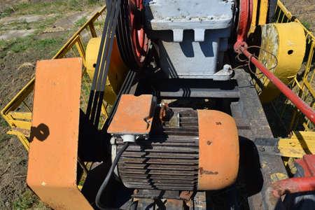 pozo petrolero: Accionamiento eléctrico y reductor de la unidad de bombeo de un pozo de petróleo. Equipo de los campos petroleros.