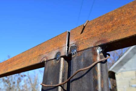 soldadura: Conexión por soldadura de tubos cuadrados de metal. Costura de soldadura.