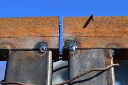 soldadura: Conexi�n por soldadura de tubos cuadrados de metal. Costura de soldadura.