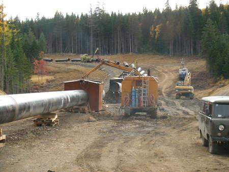 La construction du gazoduc sur le sol. Transport des porteurs d'énergie.