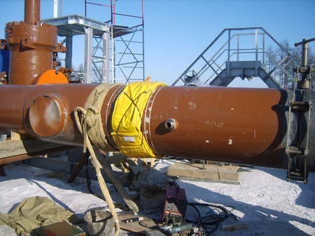 transporte terrestre: Sakhalin, Rusia - 12 de noviembre de 2014: La construcci�n del gasoducto en el suelo. El transporte de los portadores de energ�a.