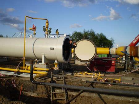 transporte terrestre: Sakhalin, Rusia - 12 de noviembre de 2014: La construcción del gasoducto en el suelo. El transporte de los portadores de energía. Concepto de trabajo exitosa. Editorial