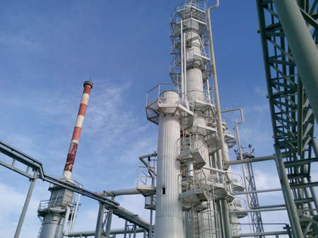 destilacion: columnas de destilación y horno de calentamiento. Equipamiento para la refinería de petróleo.