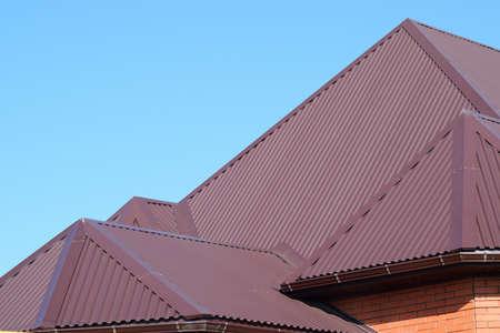 Dachbleche. Moderne Arten von Dachbaustoffen. Standard-Bild - 54555277