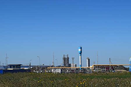 altmetall: Große Anlage für die Verarbeitung von Schrott. Sehr große Fabrik alten Metall-Refiner. Blaues Dach des Fabrikgebäudes. Die Auspuffrohre, Heizkörper, Kühlindustrieanlagen sowie Bürogebäuden.