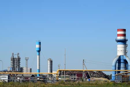 altmetall: Gro�e Anlage f�r die Verarbeitung von Schrott. Sehr gro�e Fabrik alten Metall-Refiner. Blaues Dach des Fabrikgeb�udes. Die Auspuffrohre, Heizk�rper, K�hlindustrieanlagen sowie B�rogeb�uden.