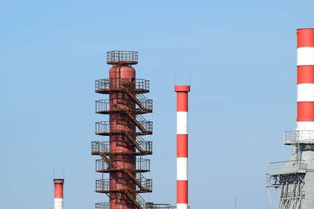destilacion: Tubos de hornos de refinerías y columna de destilación. El equipo de la refinería.