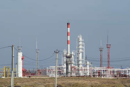 destilacion: Las columnas de destilaci�n, tuber�as y otros equipos hornos refiner�a. La refiner�a de petr�leo. Equipo de tratamiento de petr�leo primaria. Foto de archivo