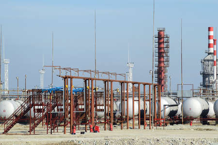 fuel storage: Overpass loading of oil products and fuel storage vessels. The equipment at the refinery.