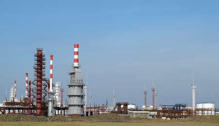 distillation: Las columnas de destilaci�n, tuber�as y otros equipos hornos refiner�a. La refiner�a de petr�leo. Equipo de tratamiento de petr�leo primaria. Foto de archivo
