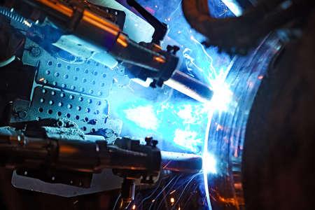 soldadura: Soldadura a tope de tuberías bajo el agua usando un equipo automático. Sistema móvil de tuberías de soldadura. La construcción de un gasoducto submarino. soldadura de plasma. Foto de archivo