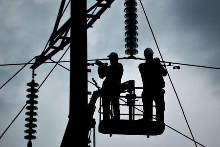 Freileitungsträger, Isolatoren und Leitungen. Aussehen eines Designs. Montage und Installation neuer Unterstützung und Drähte einer Stromleitung. Standard-Bild - 57669270