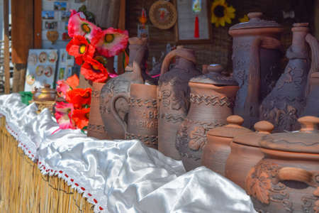 ollas de barro: Ornamented clay pots. Dark brown dishes of baked clay. Foto de archivo