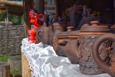 ollas de barro: Ornamented clay pots. Dark brown dishes of baked clay. Foto de archivo